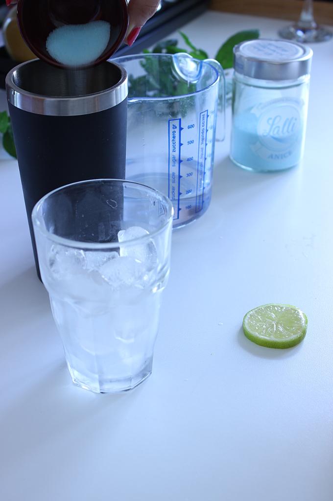 prima fase per la realizzazione del cocktail all'anice nel blu dipinto di blu con lo zucchero lalli