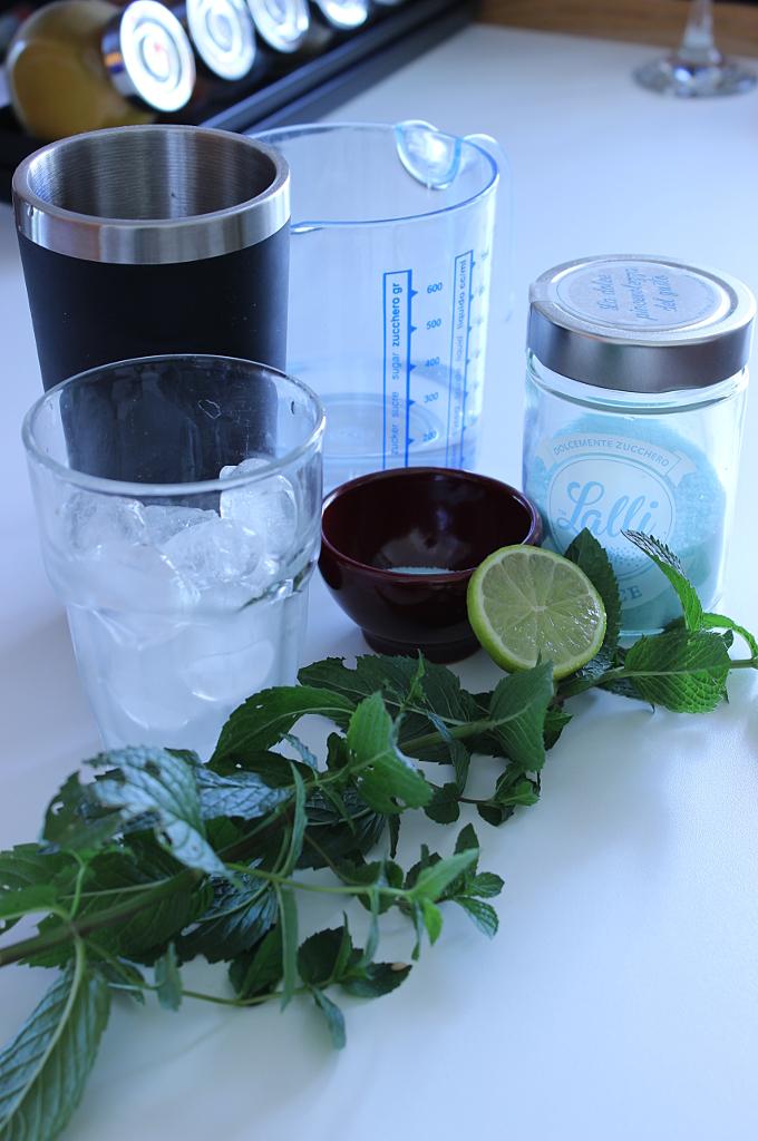 Ingredienti per realizzare il cocktail all'anice nel blu dipinto di blu con lo zucchero lalli